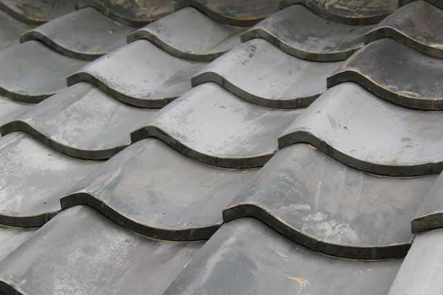瓦屋根の葺き替えの費用はいくら?別の屋根材への葺き替えやリフォーム業者の選び方も解説!