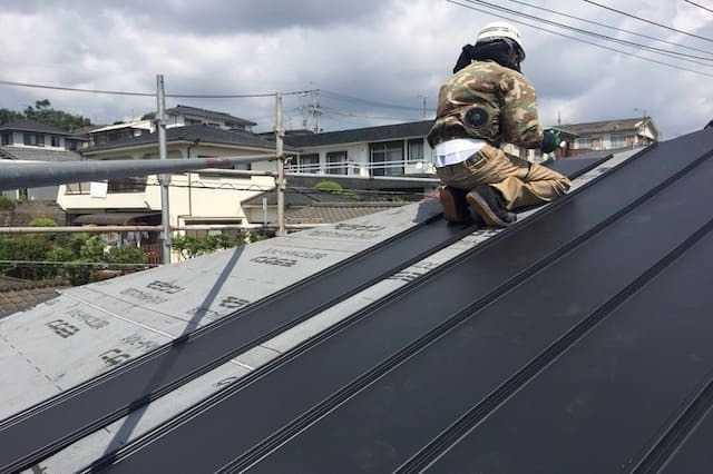 ガルバリウム鋼板の屋根の縦葺きとは?メリット・デメリットを解説します